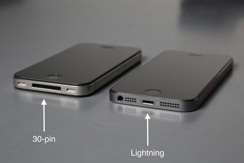 Jestliže jednotlivé konektory od sebe nerozeznáte mrkněte jeÅ¡tě na přiložen½ kabel Lightning konektor je možné do iPhonu zastrčit jakoukoli stranou